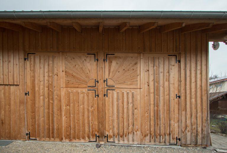 handgefertigte Garageneinfahrt aus Lärchenholz