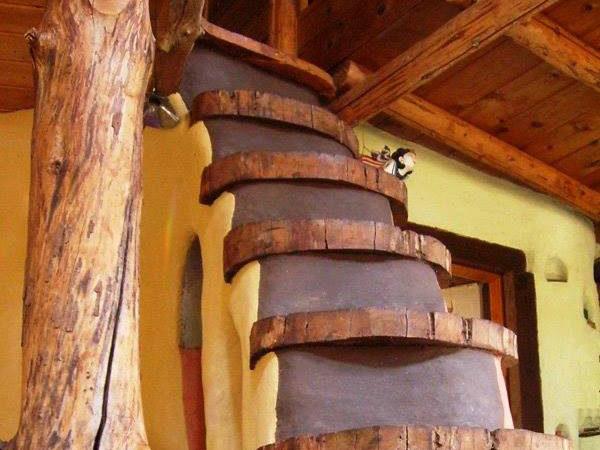 Treppe aus Lehm - mit Holzstufen