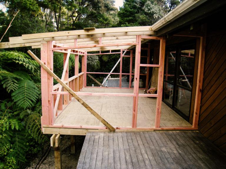das Gerüst des Wintergartens aus Kiefernhölzern wird gerade zugeschnitten und aufgebaut