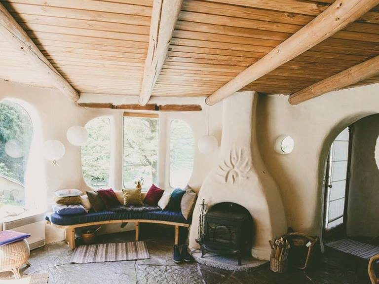 Lehmofen im Wohnzimmer - Rundhölzer als Deckenbalken